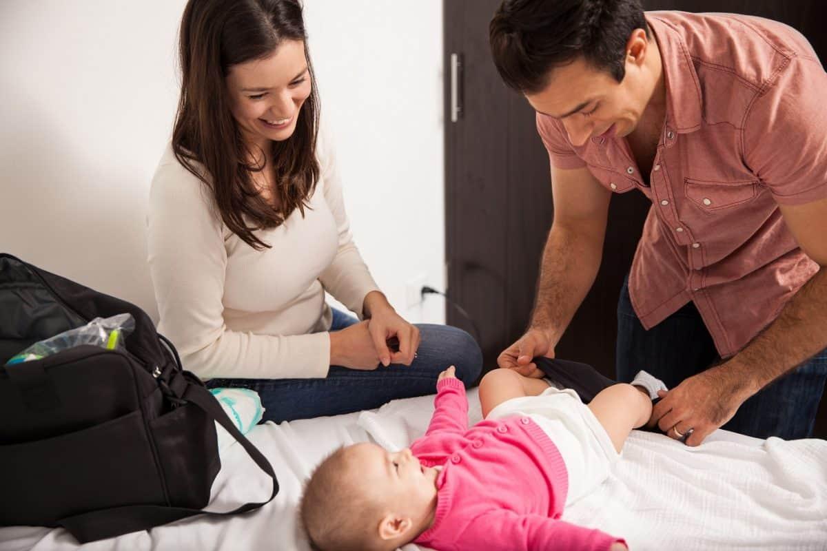 Método seguro e higiénico para cambiar el pañal del bebé